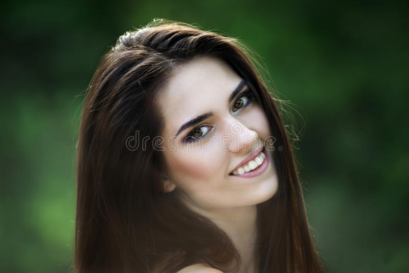 Πορτρέτο κινηματογραφήσεων σε πρώτο πλάνο μιας όμορφης ευτυχούς χαμογελώντας καυκάσιας γυναίκας με το καθαρό δέρμα, το μακρυμάλλε στοκ εικόνες
