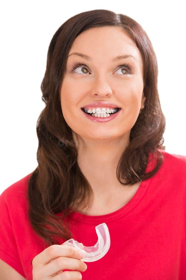 Πορτρέτο κινηματογραφήσεων σε πρώτο πλάνο της γοητείας της γυναίκας που φορά τα orthodontic στηρίγματα στοκ φωτογραφία με δικαίωμα ελεύθερης χρήσης