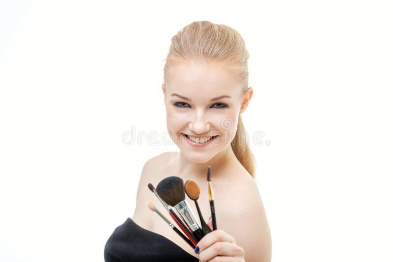 Πορτρέτο κινηματογραφήσεων σε πρώτο πλάνο της γυναίκας με τη βούρτσα makeup κοντά στο πρόσωπο στοκ εικόνες με δικαίωμα ελεύθερης χρήσης