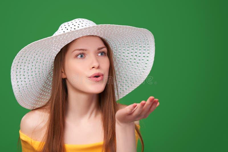 Πορτρέτο κινηματογραφήσεων σε πρώτο πλάνο της γυναίκας στο καπέλο αχύρου στοκ εικόνα με δικαίωμα ελεύθερης χρήσης