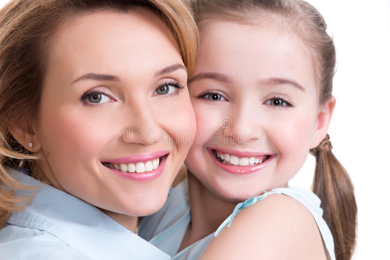 Πορτρέτο κινηματογραφήσεων σε πρώτο πλάνο της ευτυχούς μητέρας και της νέας κόρης στοκ εικόνες