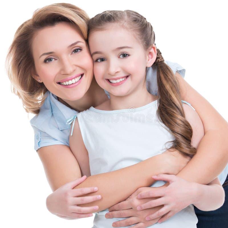 Πορτρέτο κινηματογραφήσεων σε πρώτο πλάνο της ευτυχούς μητέρας και της νέας κόρης στοκ εικόνα