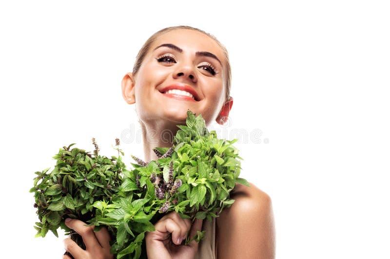 Γυναίκα με μια δέσμη της φρέσκιας μέντας. χορτοφάγος διατροφή στοκ φωτογραφίες