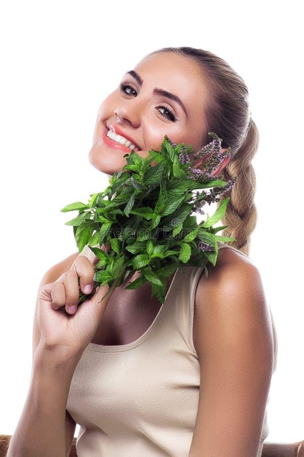 Γυναίκα με μια δέσμη της φρέσκιας μέντας. χορτοφάγος κύβος στοκ εικόνες με δικαίωμα ελεύθερης χρήσης