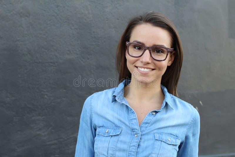 Πορτρέτο κινηματογραφήσεων σε πρώτο πλάνο της ευτυχούς νέας γυναίκας με το διάστημα αντιγράφων για την προσθήκη του κειμένου ή τω στοκ φωτογραφίες