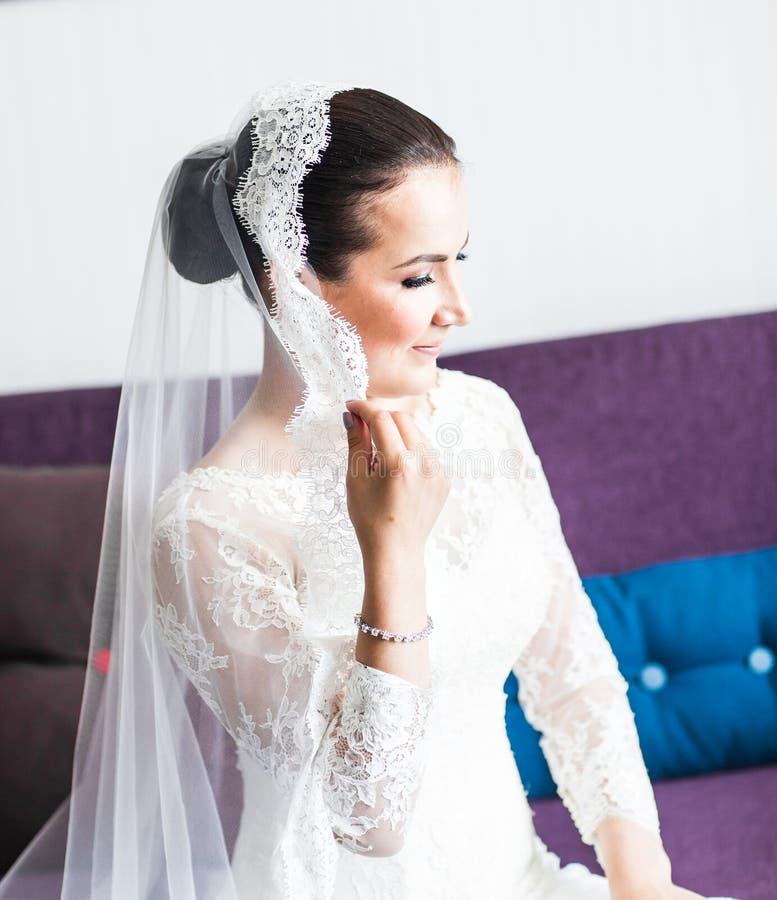 Πορτρέτο κινηματογραφήσεων σε πρώτο πλάνο της νέας πανέμορφης νύφης στοκ εικόνα με δικαίωμα ελεύθερης χρήσης