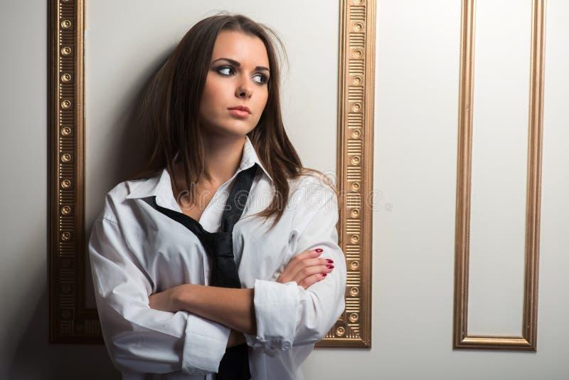 Πορτρέτο κινηματογραφήσεων σε πρώτο πλάνο της νέας προκλητικής προκλητικής γυναίκας στοκ εικόνες