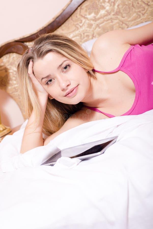 Πορτρέτο κινηματογραφήσεων σε πρώτο πλάνο της όμορφης ελκυστικής γοητευτικής γλυκιάς νέας ξανθής γυναίκας στο πορφυρό πουκάμισο μ στοκ φωτογραφία