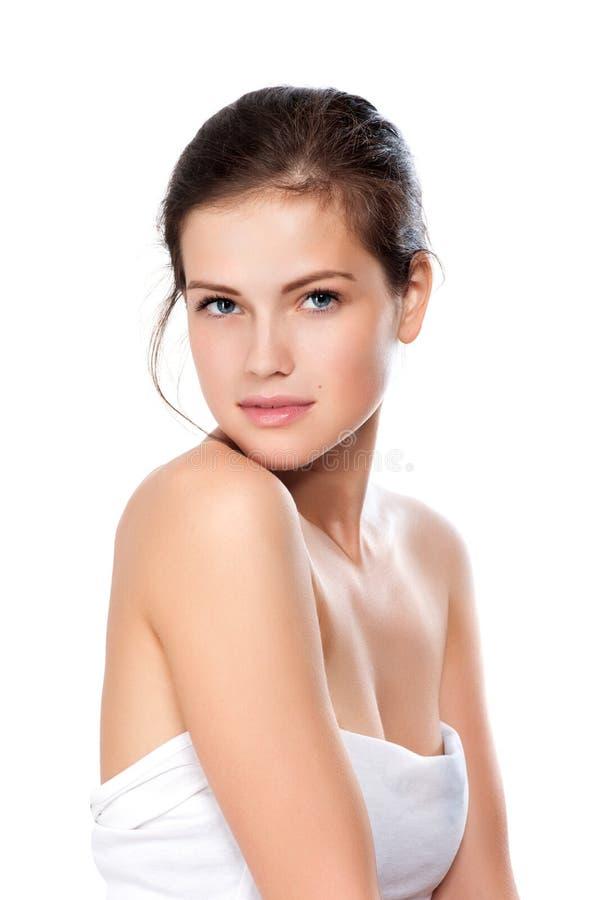 Πορτρέτο κινηματογραφήσεων σε πρώτο πλάνο της όμορφης νέας γυναίκας με το υγιές καθαρό SK στοκ φωτογραφίες με δικαίωμα ελεύθερης χρήσης