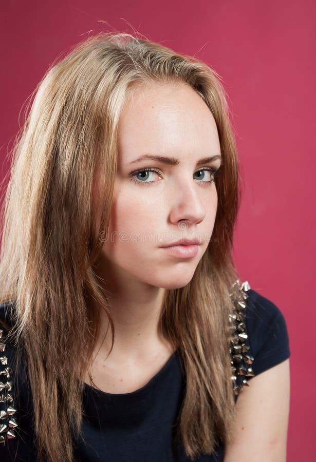 Πορτρέτο κινηματογραφήσεων σε πρώτο πλάνο του αρκετά προσηλωμένου κοριτσιού στοκ εικόνες