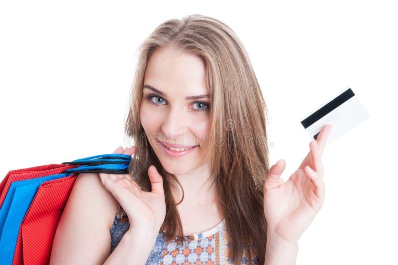 Πορτρέτο κινηματογραφήσεων σε πρώτο πλάνο του εύθυμου χαμογελώντας αγοραστή που παρουσιάζει πιστωτική κάρτα στοκ φωτογραφία με δικαίωμα ελεύθερης χρήσης