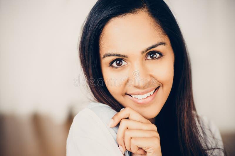 Πορτρέτο κινηματογραφήσεων σε πρώτο πλάνο του ελκυστικού ινδικού νέου χαμόγελου γυναικών στο hom στοκ φωτογραφία με δικαίωμα ελεύθερης χρήσης