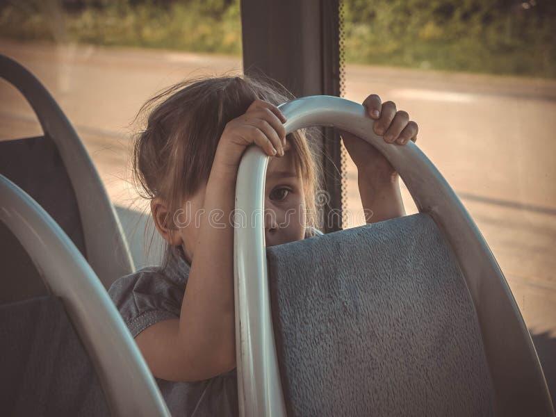 Πορτρέτο κινηματογραφήσεων σε πρώτο πλάνο του κοριτσιού στο κάθισμα λεωφορείων στοκ φωτογραφία
