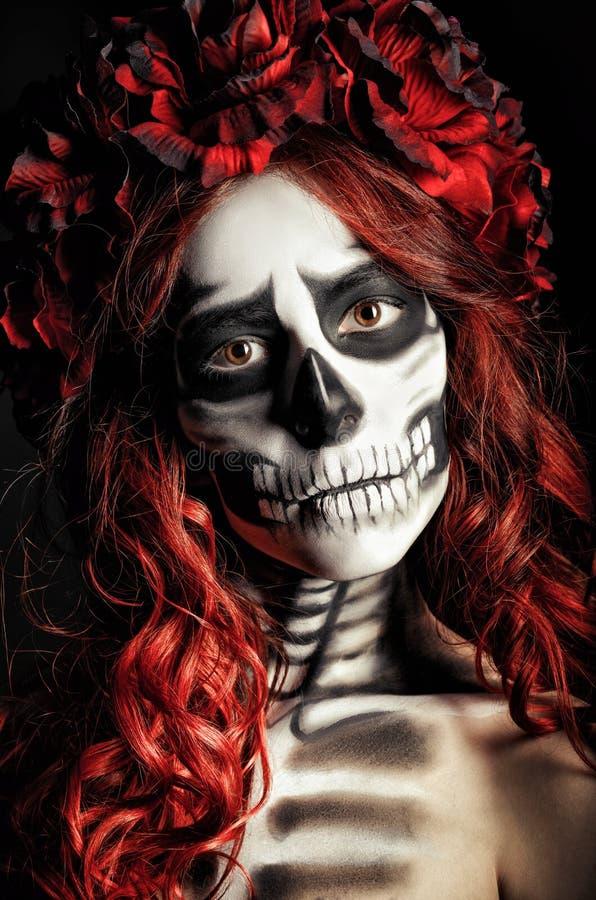 Πορτρέτο κινηματογραφήσεων σε πρώτο πλάνο του λυπημένου νέου κοριτσιού με τα muertos makeup (κρανίο ζάχαρης) στοκ φωτογραφίες