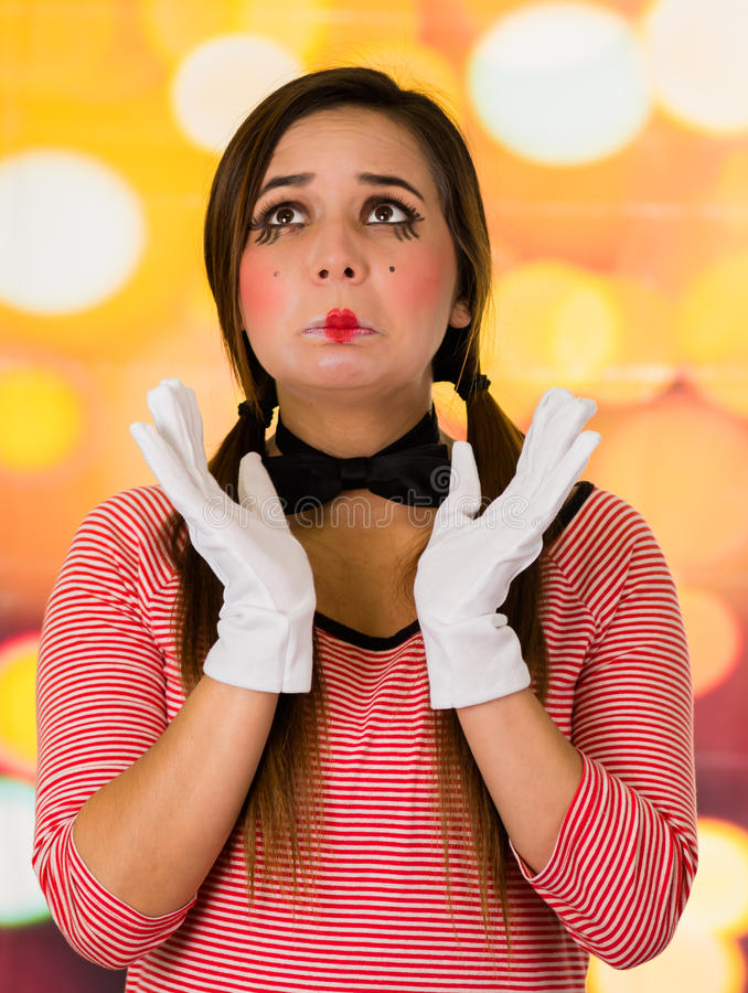 Πορτρέτο κινηματογραφήσεων σε πρώτο πλάνο του χαριτωμένου κλόουν νέων κοριτσιών mime που φαίνεται λυπημένου στοκ φωτογραφία με δικαίωμα ελεύθερης χρήσης