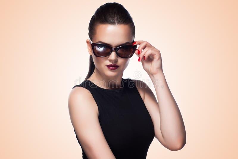 Πορτρέτο κινηματογραφήσεων σε πρώτο πλάνο του όμορφου και κοριτσιού μόδας στα γυαλιά ηλίου, s στοκ εικόνα με δικαίωμα ελεύθερης χρήσης