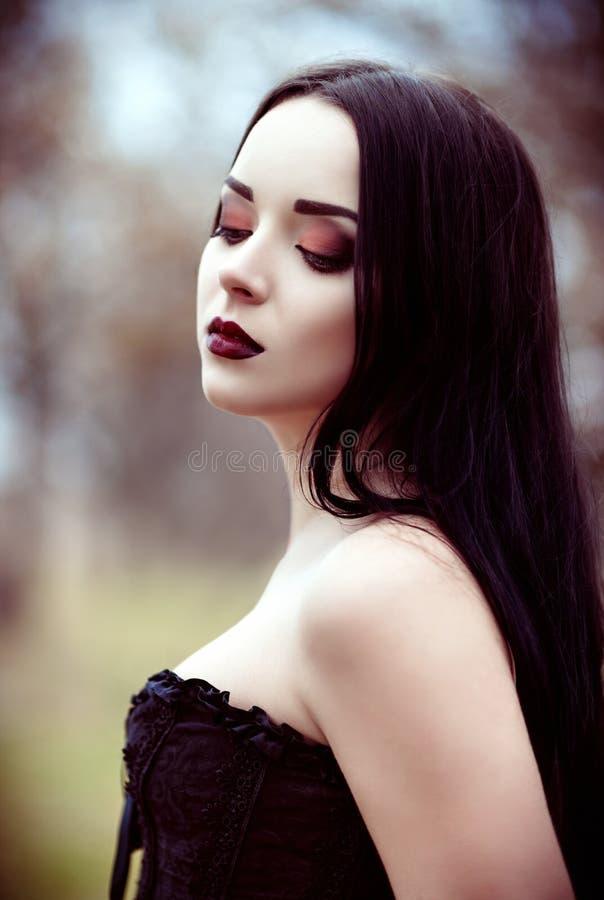 Πορτρέτο κινηματογραφήσεων σε πρώτο πλάνο του όμορφου νέου κοριτσιού goth στοκ εικόνα