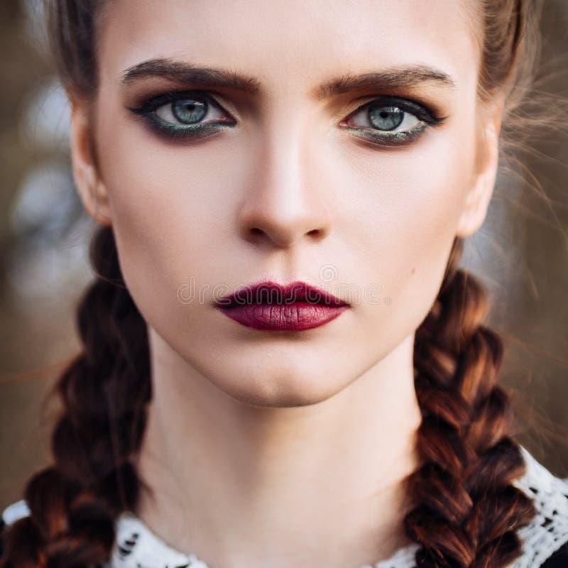 Πορτρέτο κινηματογραφήσεων σε πρώτο πλάνο του όμορφου νέου κοριτσιού στοκ φωτογραφία με δικαίωμα ελεύθερης χρήσης