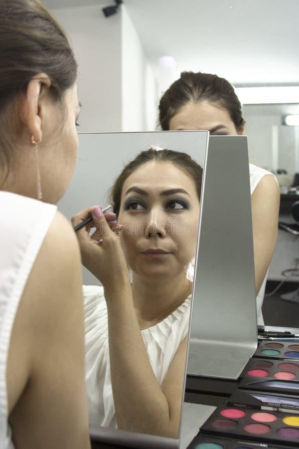 Πορτρέτο κινηματογραφήσεων σε πρώτο πλάνο του όμορφου προκλητικού μοντέρνου brunette στοκ εικόνες