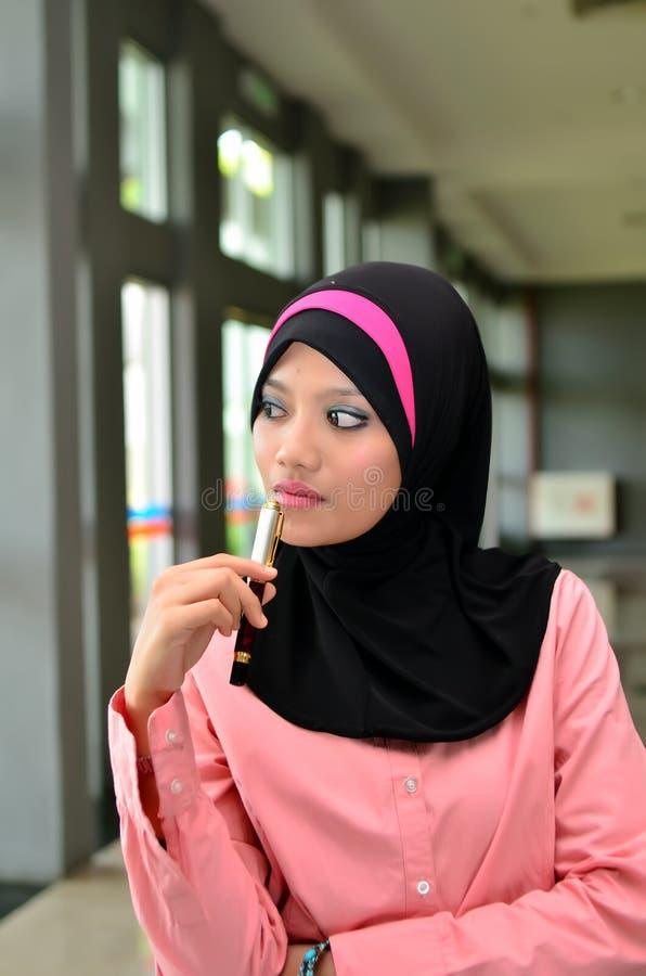 Πορτρέτο κινηματογραφήσεων σε πρώτο πλάνο των όμορφων νέων ασιατικών επιχειρηματιών που κρατούν τη μάνδρα στοκ εικόνες με δικαίωμα ελεύθερης χρήσης
