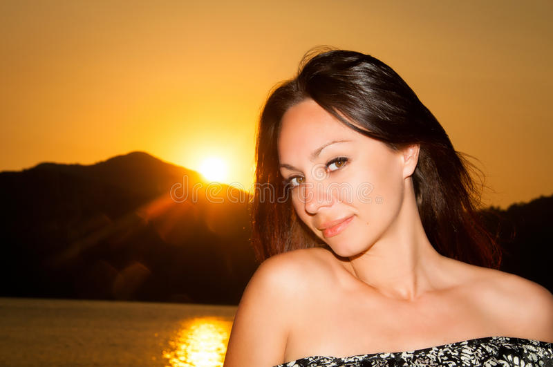 Πορτρέτο κοριτσιών ηλιοφάνειας ομορφιάς Ευτυχής γυναίκα που χαμογελά, ηλιόλουστη θερινή ημέρα κάτω από τον καυτό ήλιο στην παραλί στοκ εικόνες