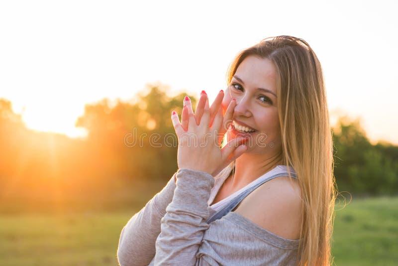 Πορτρέτο κοριτσιών ηλιοφάνειας ομορφιάς ευτυχής χαμογελώντας γυναίκα Ηλιόλουστη θερινή ημέρα κάτω από τον καυτό ήλιο στοκ εικόνα