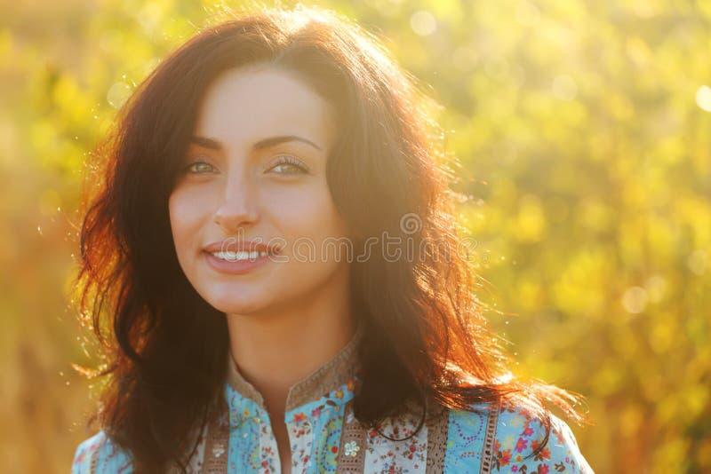 Πορτρέτο κοριτσιών ηλιοφάνειας ομορφιάς στοκ εικόνα με δικαίωμα ελεύθερης χρήσης