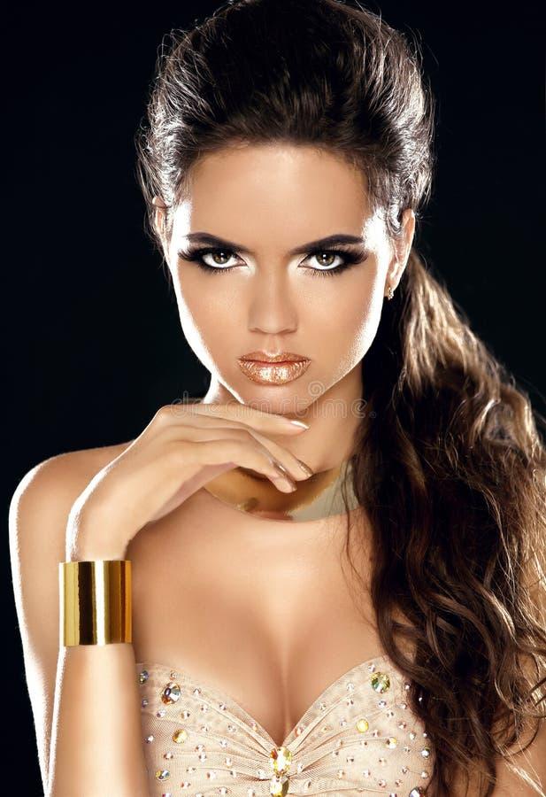 Πορτρέτο κοριτσιών ομορφιάς μόδας Χρυσό κόσμημα Πανέμορφη γυναίκα Por στοκ εικόνες με δικαίωμα ελεύθερης χρήσης