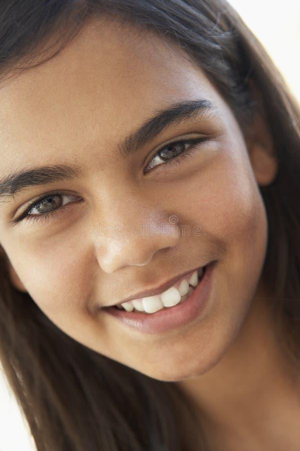 πορτρέτο κοριτσιών που χαμογελά προ τον έφηβο στοκ φωτογραφία με δικαίωμα ελεύθερης χρήσης