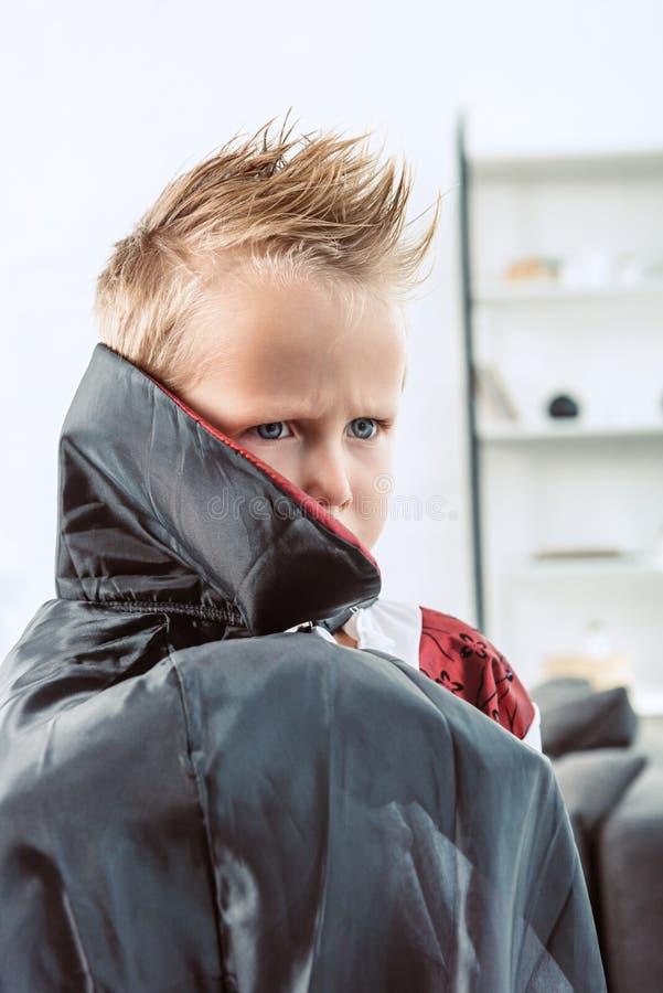πορτρέτο λίγου γκρινιάρικου αγοριού στο κοστούμι αποκριών βαμπίρ στοκ εικόνες