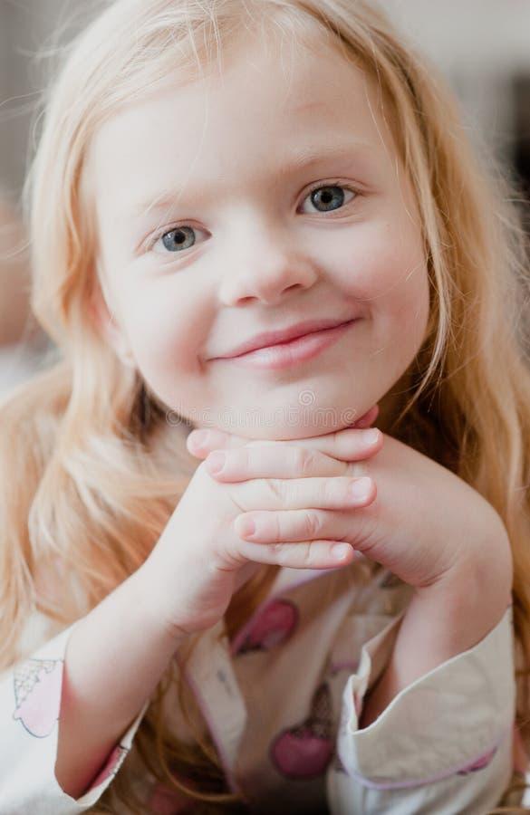 Πορτρέτο λίγου ξανθού κοριτσιού, χαμόγελο στοκ εικόνες με δικαίωμα ελεύθερης χρήσης