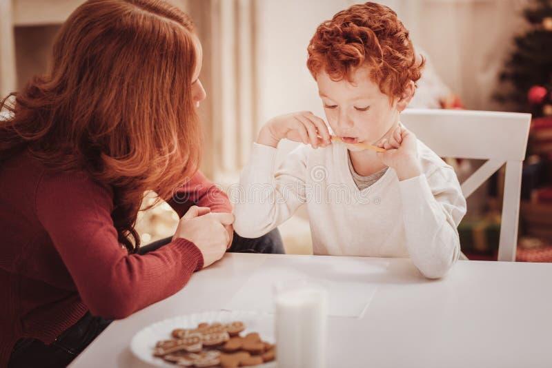 Πορτρέτο λίγου παιδιού με τη μητέρα του στοκ φωτογραφίες