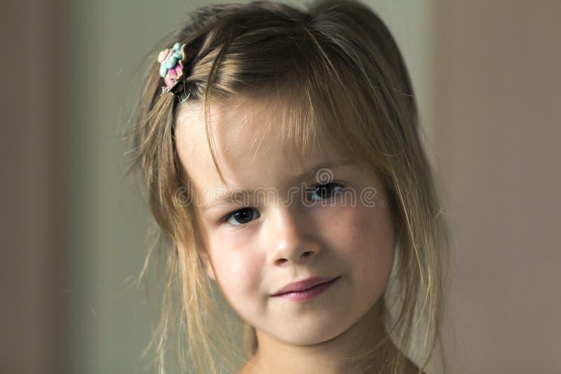 Πορτρέτο λίγου χαριτωμένου αρκετά κοριτσιού μικρών παιδιών με τα γκρίζα μάτια και το διεσπαρμένο χαμόγελο ξανθών μαλλιών δειλά κε στοκ φωτογραφίες με δικαίωμα ελεύθερης χρήσης