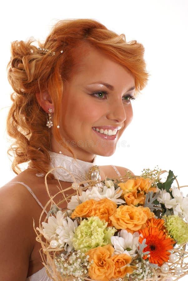 Πορτρέτο λουλουδιών μιας των νέων redhead νυφών εκμετάλλευσης στοκ εικόνα