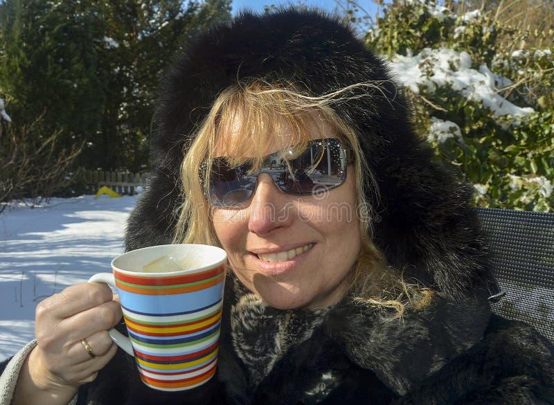 Πορτρέτο με το φλιτζάνι του καφέ το χειμώνα στοκ φωτογραφίες
