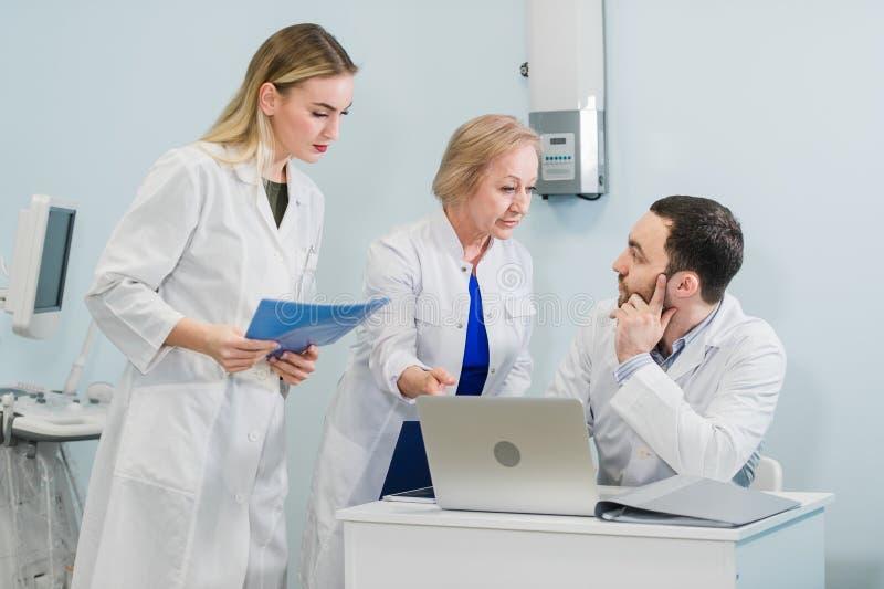 Πορτρέτο μιας έξυπνης νέας εργασίας γιατρών σε ένα νοσοκομείο στοκ φωτογραφίες με δικαίωμα ελεύθερης χρήσης