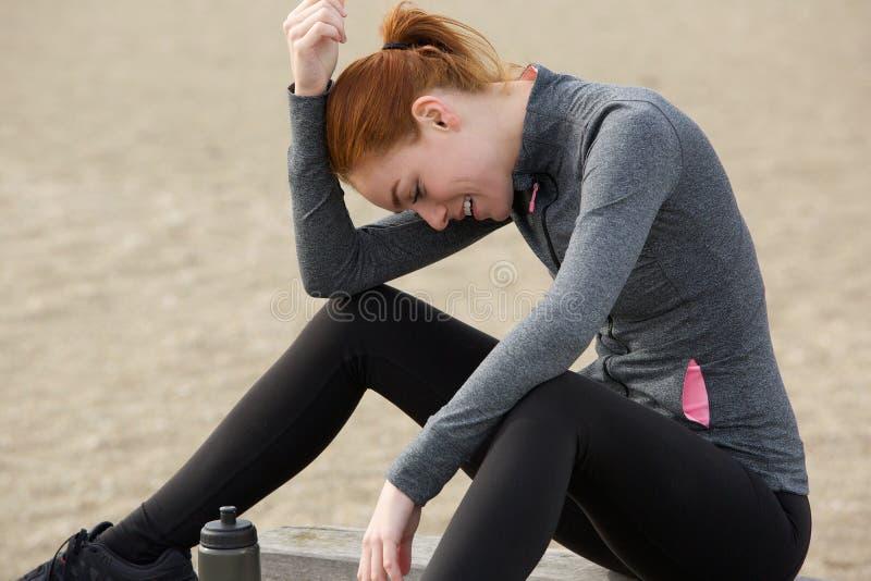 Πορτρέτο μιας αθλήτριας που χαλαρώνει μετά από το workout στοκ εικόνες