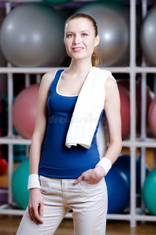 Πορτρέτο μιας αθλητικής νέας γυναίκας με την πετσέτα στοκ φωτογραφία