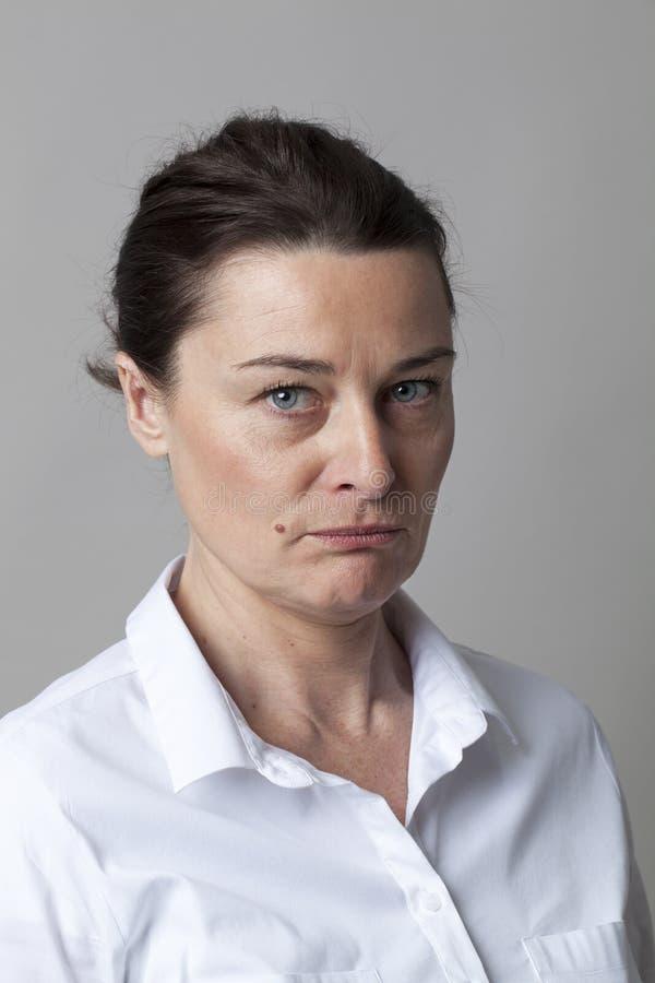 Πορτρέτο μιας αμφίβολης μέσης ηλικίας γυναίκας που σκέφτεται, που φαίνεται ύποπτο στοκ φωτογραφία με δικαίωμα ελεύθερης χρήσης