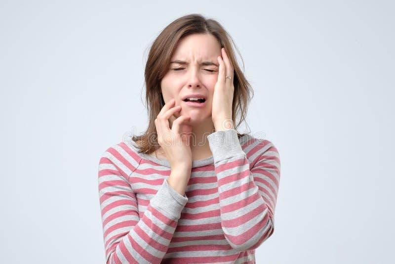 Πορτρέτο μιας ανησυχημένης γυναίκας Απομονωμένη άσπρη ανασκόπηση στοκ φωτογραφίες με δικαίωμα ελεύθερης χρήσης