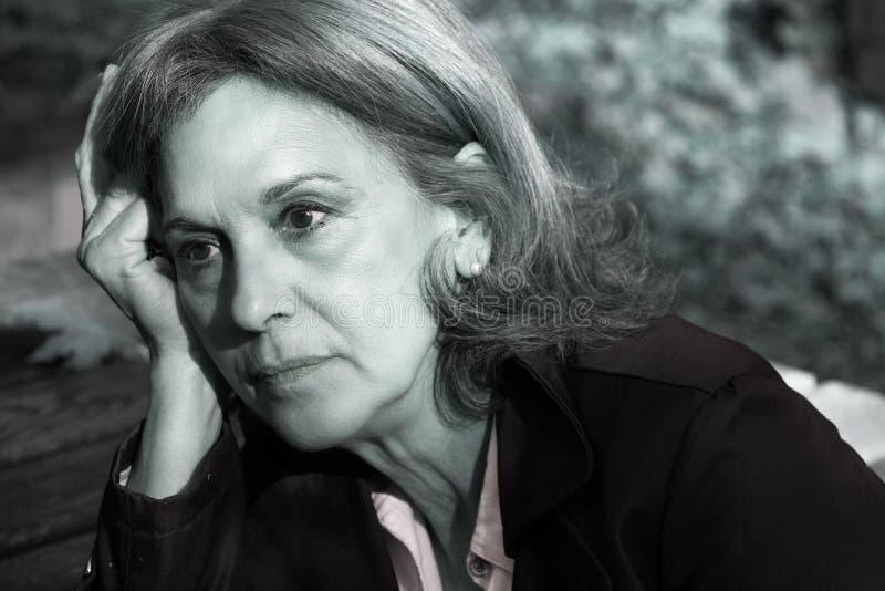 Πορτρέτο μιας ανώτερης γυναίκας λυπημένης στοκ φωτογραφίες