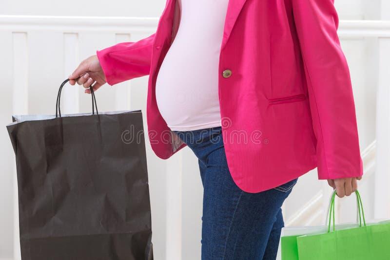 Πορτρέτο μιας ασιατικής τσάντας εγγράφου εκμετάλλευσης εγκύων γυναικών, στοκ φωτογραφία με δικαίωμα ελεύθερης χρήσης