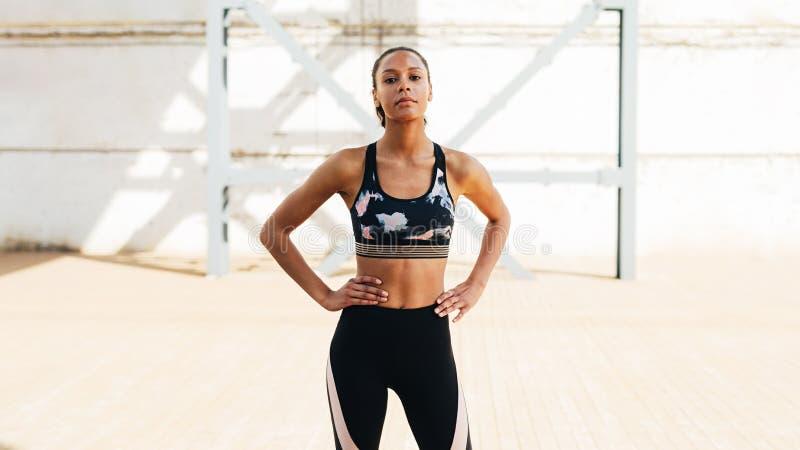 Πορτρέτο μιας βέβαιας αθλήτριας στοκ εικόνα
