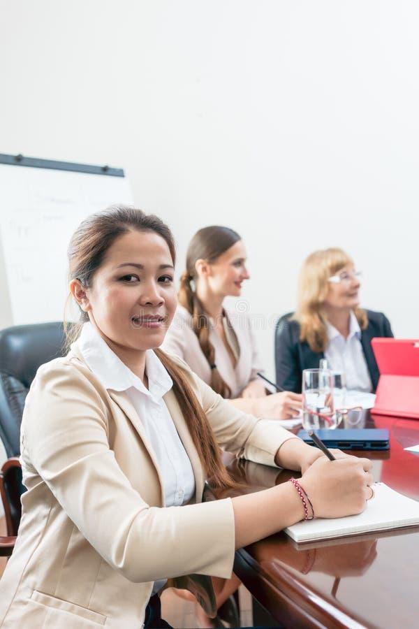 Πορτρέτο μιας βέβαιας ασιατικής επιχειρησιακής γυναίκας κατά τη διάρκεια μιας συνεδρίασης της λήψης αποφάσεων στοκ φωτογραφία με δικαίωμα ελεύθερης χρήσης