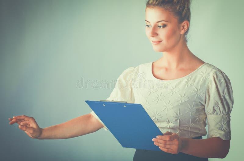 Πορτρέτο μιας βέβαιας νέας στάσης γυναικών που απομονώνεται στο άσπρο υπόβαθρο στοκ εικόνα με δικαίωμα ελεύθερης χρήσης