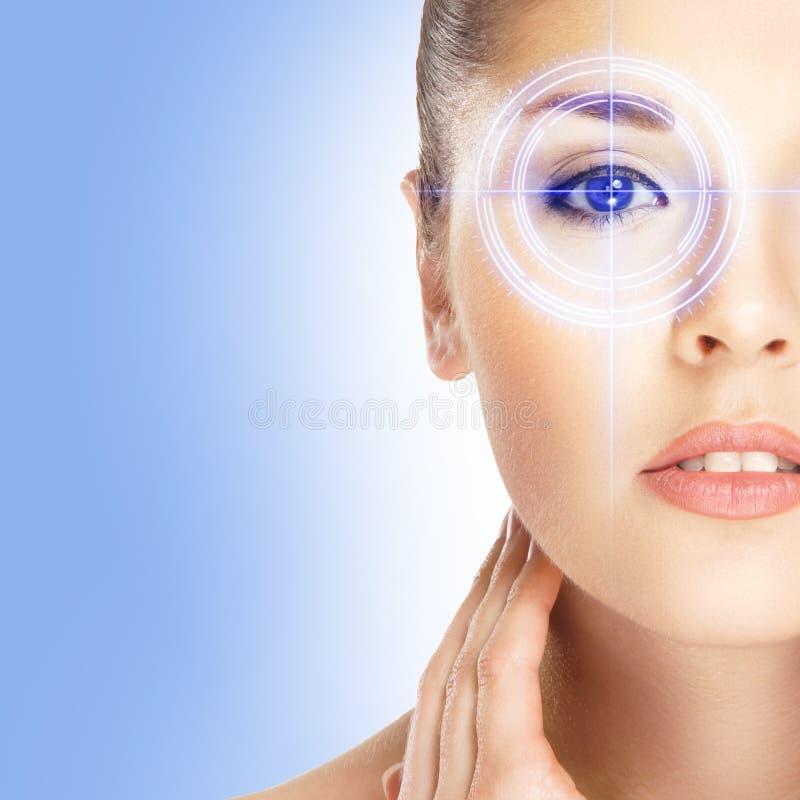 Πορτρέτο μιας γυναίκας με ένα λέιζερ στο μάτι της στοκ εικόνες με δικαίωμα ελεύθερης χρήσης