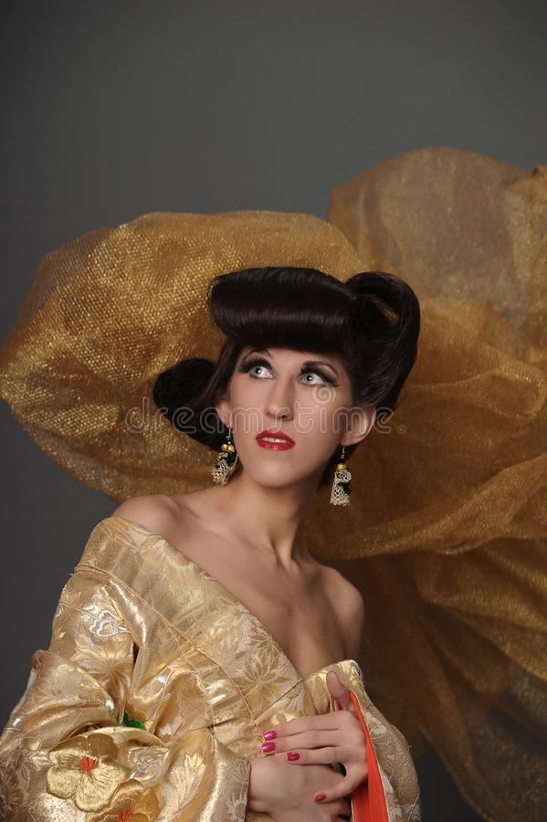 Πορτρέτο μιας γυναίκας με ένα δημιουργικό ασιατικό hairdo και ένα μακροχρόνιο ey στοκ φωτογραφία με δικαίωμα ελεύθερης χρήσης