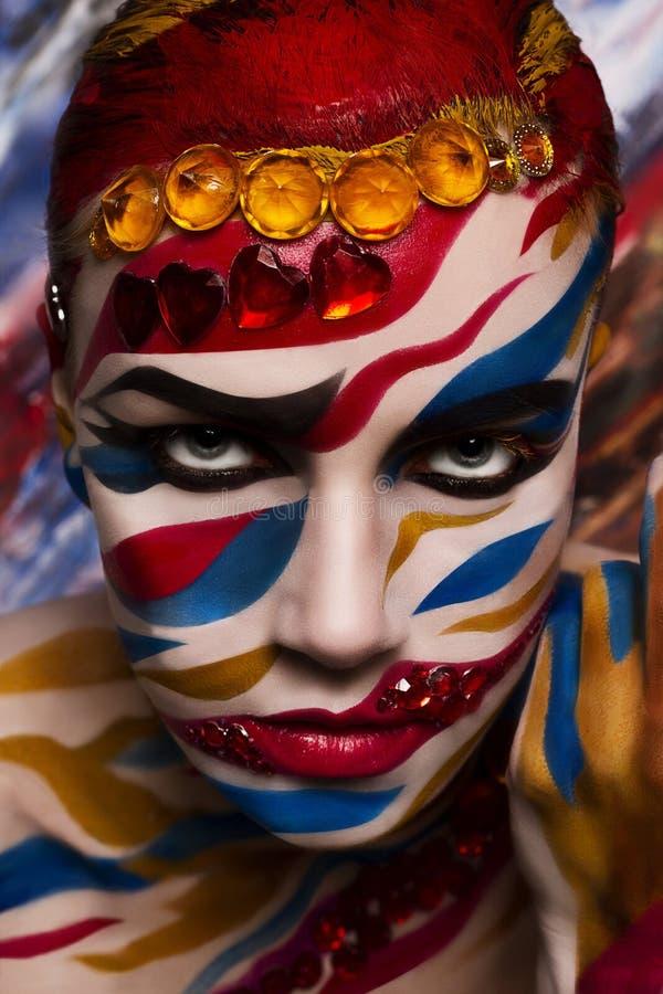 Πορτρέτο μιας γυναίκας με ένα χρωματισμένο πρόσωπο στοκ φωτογραφία με δικαίωμα ελεύθερης χρήσης