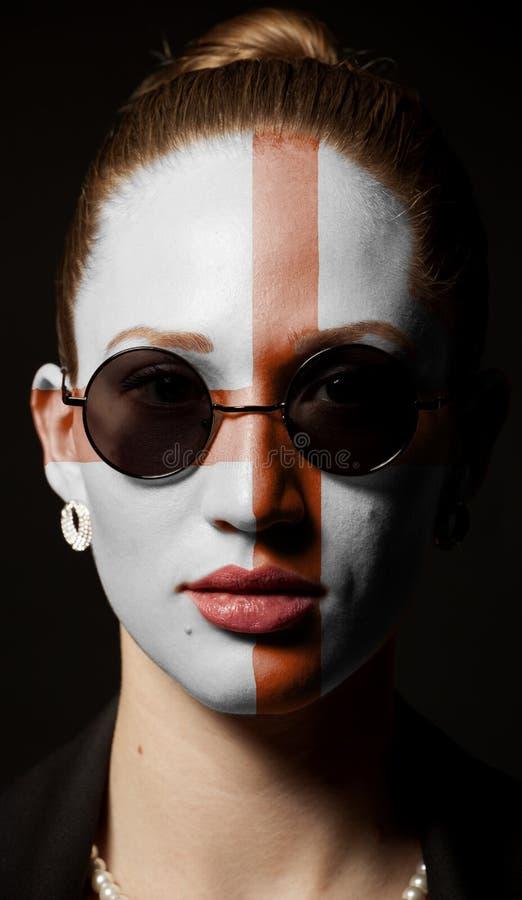 Πορτρέτο μιας γυναίκας με τη χρωματισμένη αγγλική σημαία με τα γυαλιά ηλίου στοκ εικόνα με δικαίωμα ελεύθερης χρήσης