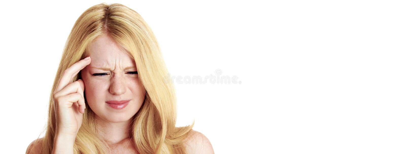 Πορτρέτο μιας γυναίκας που έχει τον πονοκέφαλο στοκ εικόνες